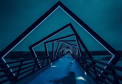 Beleuchteter Weg bei Nacht