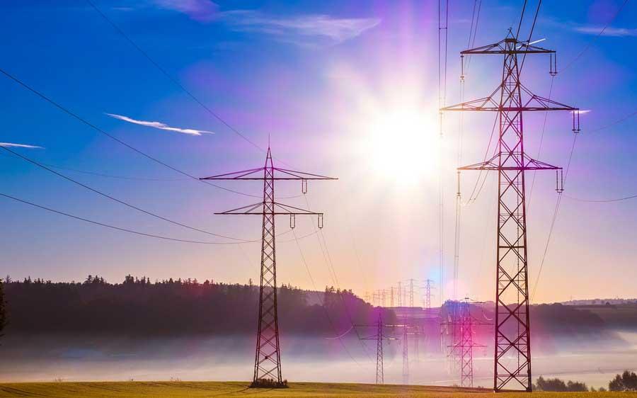 Strommasten im Gegenlicht